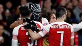 Aubameyang merangkul Kolasinac yang memberi assist pada gol ketiga Arsenal. (REUTERS/David Klein)