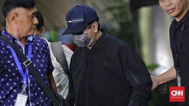 Tiba di KPK, Romi Tertunduk Lesu dengan Muka Ditutup Masker