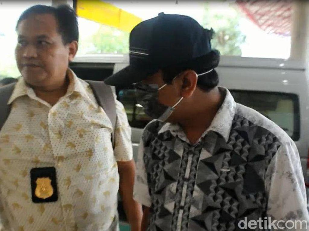 Rommy ditangkap di pintu keluar Hotel Bumi Surabaya pagi tadi/Foto: Istimewa