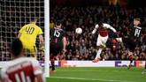 Ainsley Maitland-Niles mencetak gol kedua lewat sundulan memaksimalkan umpan lambung Aubameyang. (Action Images via Reuters/Tony O'Brien)