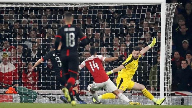 Setelah kalah 1-3 pada leg pertama, Arsenal mencetak gol cepat pada leg kedua. Pierre-Emerick Aubameyang menyelesaikan umpan Aaron Ramsey. (REUTERS/David Klein)
