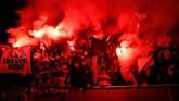 Suporter Rennes yang ikut tandang ke Inggris membakar suar berwarna merah di dalam Stadion Emirates ketika tim kesayangannya menjalani leg kedua di babak 16 besar Liga Europa. (REUTERS/David Klein)