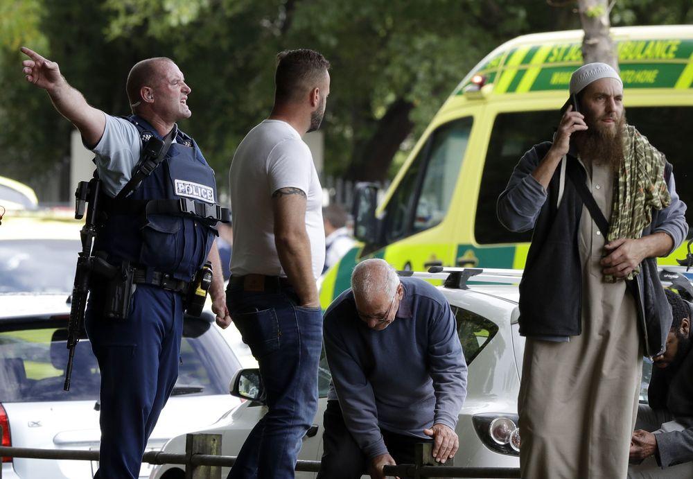 Saksi mata mengatakan kepada media bahwa seorang pria yang diduga warga Australia dengan berkamuflase menggunakan pakaian militer, membawa senapan lalu menembakan secara secara acak di masjid Al Noor pada pukul 13.45 waktu setempat (AP/Mark Baker)