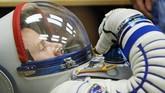 Anggota kru Stasiun Luar Angkasa Internasional (ISS) Nick Hague dari AS akan melihat pemeriksaan setelan ruang angkasa sesaat sebelum diluncurkan di Baikonur Cosmodrome, Kazakhstan 14 Maret 2019. (REUTERS/Shamil Zhumatov)