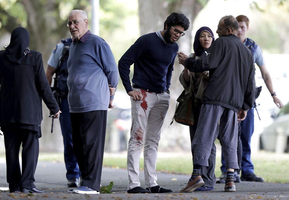 Sejumlah orang tampak berdarah di tanah di luar gedung dan beberapa orang lainnya telah dievakuasi. (AP Photo/Mark Baker)