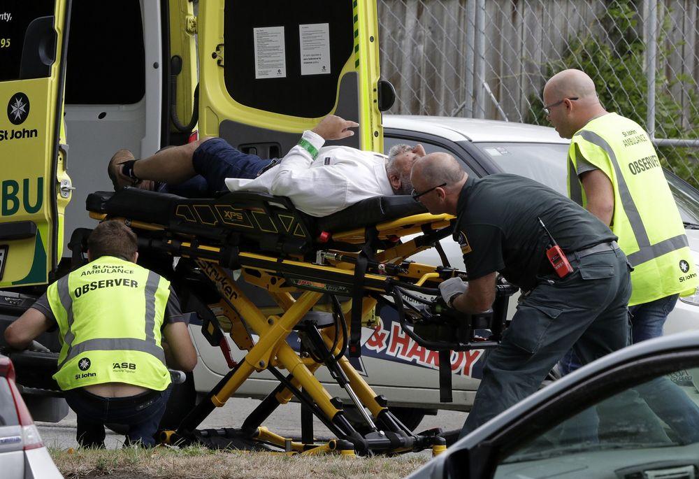 Petugas membawa seorang korban kedalam mobil ambulans usai terjadinya penembakan di salah satu masjid di Christchurch, Selandia Baru, pada Jumat (15/3) siang. Seorang pria bersenjata melepaskan serangkaian tembakan di dekat Masjid Al Noor di pusat Christchurch.(AP/Mark Baker)
