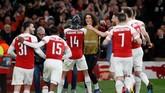 Pemain Arsenal mengerumuni Aubameyang yang menggunakan topeng Black Panther dan melakukan gestur ala tokoh fiksi Marvel yang dirilis pada 2018. (REUTERS/David Klein)