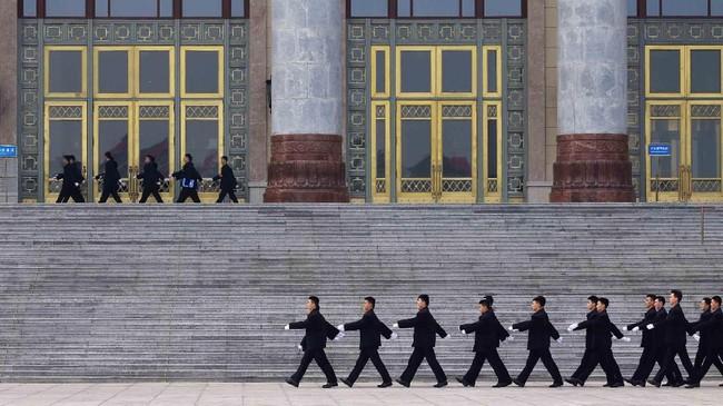 Penjaga keamanan berbaris di luar gedung dewan helang pembukaan Konferensi Konsultasi Politik Rakyat China di Beijing. (REUTERS/Aly Song)