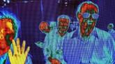 Bayangan panas orang-orang tertangkap oleh kamera pindai thermal FLIR (Forward-Looking Infrared). Mereka sedang berjalan dekat pameran FLIR di Pusat Konvensi Las Vegas. (Photo by DAVID MCNEW / AFP)