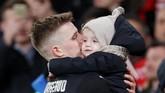 Pemain Rennes Benjamin Bourigeaud mencium anaknya setelah laga usai. (REUTERS/David Klein)