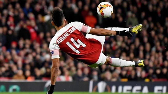 Aubameyang berupaya menuntaskan peluang dengan melakukan tendangan voli. Sepakan yang tidak sempurna dari pemain asal Gabon itu tidak memberi ancaman bagi kiper Rennes Toumas Koubek. (Action Images via Reuters/Tony O'Brien)