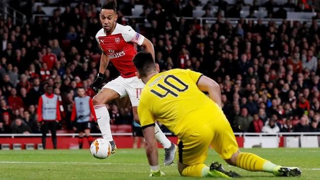 Aubameyang baru mencetak gol kedua dalam laga ini ketika pertandingan memasuki pertengahan babak kedua setelah memanfaatkan umpan Sead Kolasinac. (REUTERS/David Klein)