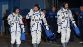 Anggota kru Stasiun Luar Angkasa Internasional (ISS) Aleksey Ovchinin.Nick Hague dan Christina Koch berjalan sebelum berangkat ke pesawat ruang angkasa di Kosmodrom Baikonur, Kazakhstan. (REUTERS/Shamil Zhumatov)