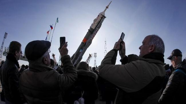 Pesawat ruang angkasa Soyuz MS-12 berisi tiga kru International Space Station (ISS) yang terdiri dari Aleksey Ovchinin dari Rusia, Nick Hague dan Christina Koch dari AS. (REUTERS/Shamil Zhumatov)