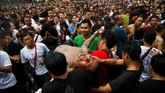 Para Ajarn (ahli tato) hanya akan menerima seribu orang yang hendak memiliki rajah Sak Yant setiap tahun. (REUTERS/Athit Perawongmetha)