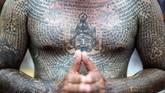 Masyarakat Thailand mempunya tradisi merajah tubuh berjuluk Sak Yant. Tato itu bukan sekedar gaya, tetapi diyakini mempunyai nilai spiritual. (REUTERS/Athit Perawongmetha)