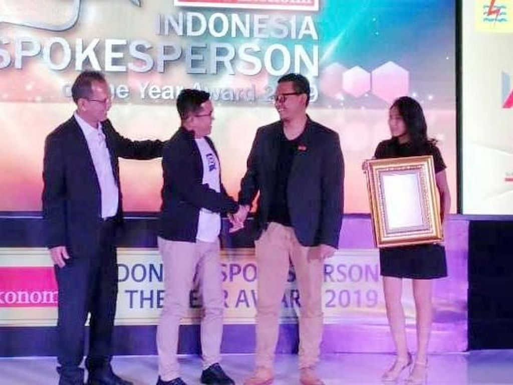 Corporate Secretary & Legal Compliance Division Head PT Mandiri Tunas Finance, Arif Reza Fahlepi (tengah) menerima penghargaan Indonesia Spokeperson of The year 2019 kategori Multifinance Industry. Foto: dok. MTF