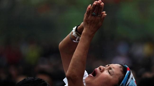 Upacara Wai Khru dihadiri oleh para pengguna rajah Sak Yant untuk menghormati guru spiritual mereka. Bahkan tidak jarang dari mereka kesurupan ketika menjalankan ritual. (REUTERS/Athit Perawongmetha)