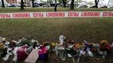Bunga dan tanda-tanda simpati terlihat di dekat masjid Al Noor di Christchurch, Selandia Baru, untukmengenang para korbanaksi teror. (REUTERS/Jorge Silva)
