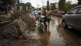 Banjir bandang Sentani juga memaksa lebih dari 1.500 orang mengungsi. Mereka tersebar di beberapa lokasi terdampak banjir.(ANTARA FOTO/Gusti Tanati/wpa/ama.)