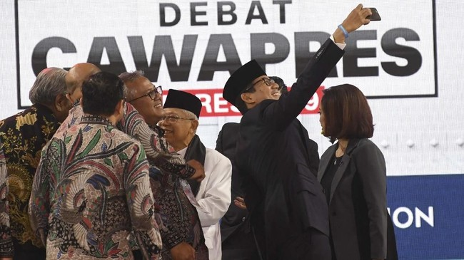 Sandiaga Uno menyempatkan diri untuk selfie di akhir debat cawapres bersama Ma'ruf Amin dan para komisioner KPU. (ANTARA FOTO/Wahyu Putro A).