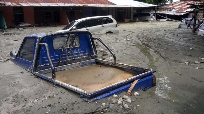 Banjir ini juga menyebabkan sejumlah kendaraan terendam lumpur. Hingga saat ini tercatat 70 orang tewas dan 43 lainnya luka-luka. (ANTARA FOTO/Gusti Tanati/wpa/ama).