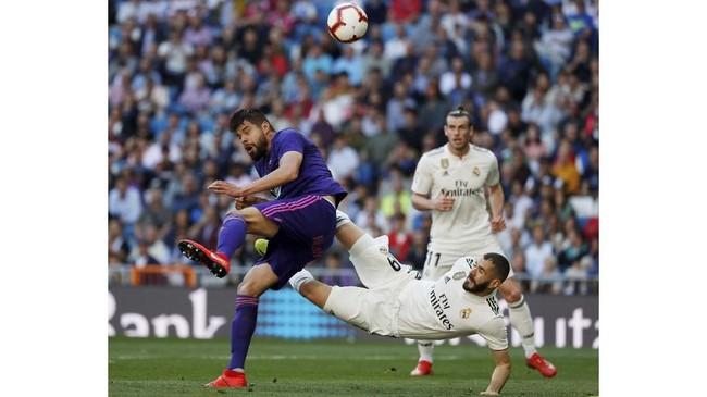 Meski urung mencetak gol, Karim Benzema punya kontribusi besar dengan memberikan assist terhadap gol pembuka Real Madrid yang dicetak Isco. (REUTERS/Susana Vera)