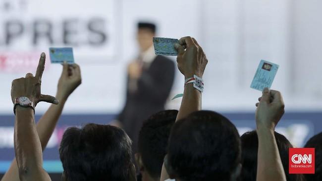 Di akhir segmen, Sandiaga Uno menyindir program kartu-kartu pemerintahan Jokowi. Kata Sandi, cukup satu kartu untuk segala keperluan, yakni KTP, yang ia keluarkan dari dompetnya dan diikuti para pendukung. (CNN Indonesia/Andry Novelino)