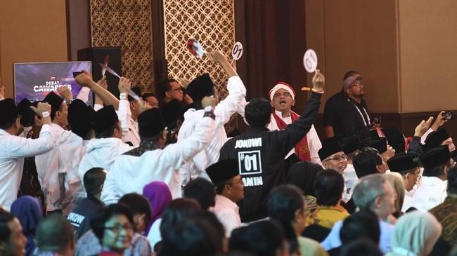 Dalam debat cawapres ini, pendukung Ma'ruf Amin dan Sandiaga Uno hadir di arena debat dan meriahkan acara.(ANTARA FOTO/Wahyu Putro A).