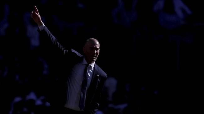 Keberadaan Zinedine Zidane di pinggir lapangan seakan membawa gairah dan harapan baru bagi Real Madrid yang sedang terpuruk musim ini. (REUTERS/Susana Vera)