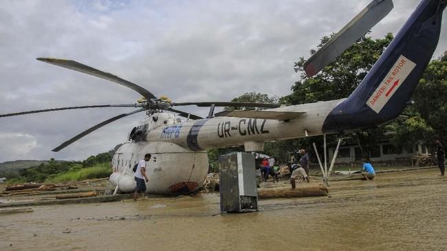 Banjir ikut menyeret helikopter dan pesawat Twin Otter di Lapangan Terbang Adventis Doyo Sentani, yang diparkir di bandara jenis. (ANTARA FOTO/Gusti Tanati/wpa/ama)