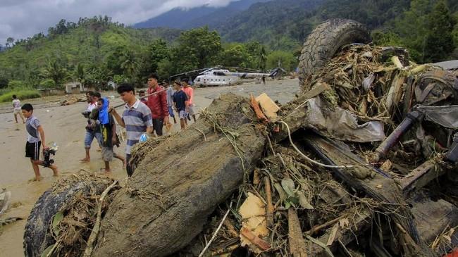 Banjir bandang Sentani terjadi akibat hujan deras yang mengguyur Kabupaten Jayapura dan sekitarnya sejak Sabtu (16/3) sore hingga malam hari. (ANTARA FOTO/Gusti Tanati/wpa/ama)