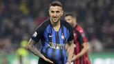 Laga baru berjalan tiga menit Inter Milan sudah unggul melalui Matias Vecino yang merayakan gol dengan memasukkan bola ke dalam kostum. (REUTERS/Daniele Mascolo)