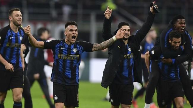 Para pemain Inter Milan merayakan kemenangan atas AC Milan. Kemenangan membuat Inter berhasil menggeser Milan dari posisi tiga klasemen Liga Italia. (Miguel MEDINA / AFP)