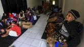 Sejumlah korban banjir mengungsi di Stadion Cangkring, Wates, Kulon Progo, DI Yogyakarta, Senin (18/3). Sebanyak 442 jiwa mengungsi di Stadion Cangkring akibat bencana banjir yang terjadi karena jebolnya tanggul Sungai Serang yang berada di Desa Bendungan, Panjatan, Kulon Progo pada Minggu (17/3) malam. (ANTARA FOTO/Andreas Fitri Atmoko)