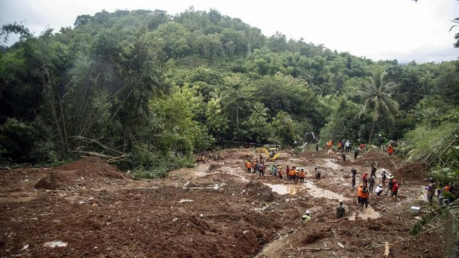 Tim SAR gabungan melakukan pencarian korban tanah longsor di Dusun Kedungbuweng, Wukirsari, Imogiri, Bantul, DI Yogyakarta, 18 Maret 2019. Tanah longsor yang terjadi akibat hujan deras sejak Sabtu (16/3) menyebabkan sejumlah rumah hancur dan tiga warga tewas tertimbun di sana. (ANTARA FOTO/Hendra Nurdiyansyah)