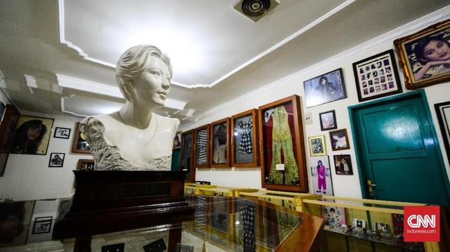 Museum ini juga menampilkan berbagai barang pemberian penggemar Nike Ardilla, salah satunya patung berbentuk sang biduan. (CNN Indonesia/M Andika Putra)