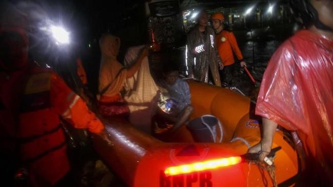Tim SAR gabungan melakukan evakuasi warga terdampak banjir di Imogiri, Bantul, DI Yogyakarta, 17 Maret 2019. Akibat hujan deras yang terjadi sejak sehari sebelumnya sebuah tanggul yang berada di Kulonprogo pun jebol. (ANTARA FOTO/Hendra Nurdiyansyah)