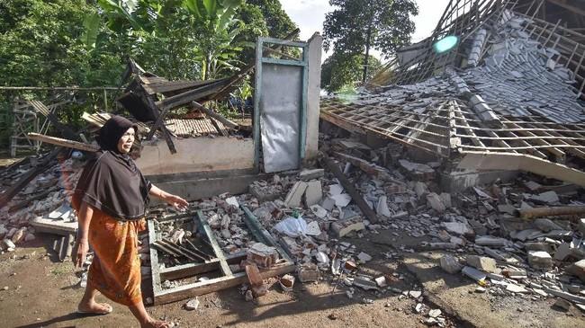 Selain merusak bangunan, gempa juga memicu longsor di kawasan wisata Air Terjun Tiu Kelep. Saat itu banyak wisatawan tengah mengunjungi air terjun.(ANTARA FOTO/Ahmad Subaidi)