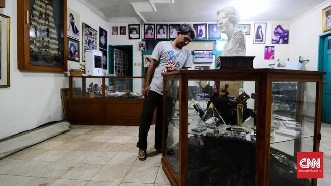 Sepanjang hidupnya, Nike Ardilla telah menelurkan 12 album, yang terdiri dari 1 album kompilasi, 1 album tunda rilis, 1 album anumerta, dan 9 album solo. (CNN Indonesia/M Andika Putra)