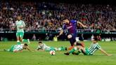 Luis Suarez membuat kedudukan menjadi 3-0 lewat golnya di menit ke-63. Suarez menghancurkan pertahanan Real Betis dan menutupnya dengan tembakan akurat. (REUTERS/Marcelo del Pozo)