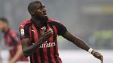 Tiemoue Bakayoko merayakan gol ke gawang Inter Milan. Ini adalah gol pertama Bakayoko untuk AC Milan musim ini. (REUTERS/Daniele Mascolo)
