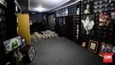 Pihak keluarga juga membangun replika kamar Nike Ardilla semasa hidup, dengan ukuran yang mendekati aslinya. (CNN Indonesia/M Andika Putra)