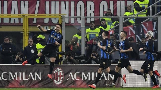 Penyerang Inter Milan Lautaro Martinez (kiri) merayakan gol ke gawang AC Milan yang membawa tim tamu unggul 3-1. (Miguel MEDINA / AFP)