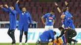 Para pemain dan ofisial Napoli panik ketika kiper asal Kolombia David Ospina kolaps dan kehilangan kesadaran di sela pertandingan melawan Udinese. Sebelumnya, Ospina sempat bertabrakan dengan pemain Udinese Ignacio Pussetto. (Carlo Hermann/AFP)