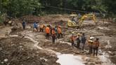 Tim SAR gabungan melakukan pencarian korban tanah longsor di Dusun Kedungbuweng, Wukirsari, Imogiri, Bantul, DI Yogyakarta, Senin (18/3). (ANTARA FOTO/Hendra Nurdiyansyah)