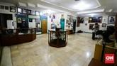 Keluarga membangun museum kurang lebih seluas 12 x 10 meter di lantai dua. Museum bisa diakses menggunakan tangga dekat teras tanpa perlu masuk ke dalam rumah utama. (CNN Indonesia/M Andika Putra)