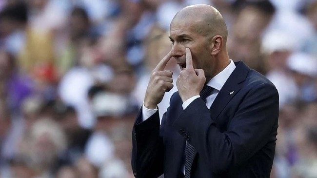 Zinedine Zidane memberi instruksi saat Real Madrid vs Celta Vigo di Santiago Bernabeu. Zidane mewarnai comeback ke Madrid dengan kemenangan 2-0 atas Celta Vigo. (REUTERS/Susana Vera)