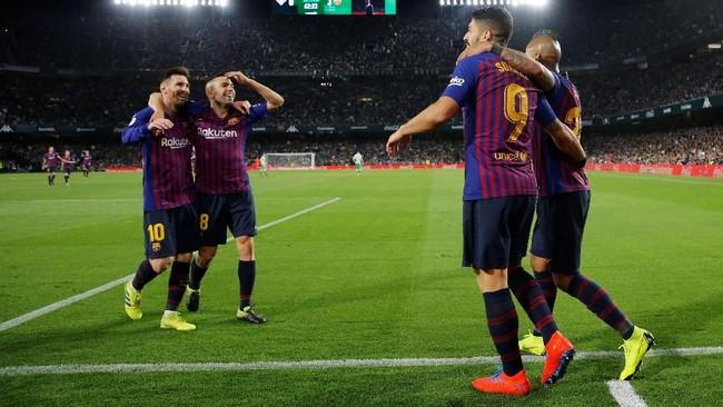 Gol tendangan chip Lionel Messi membuat sejumlah rekan setimnya berdecak kagum. (REUTERS/Marcelo del Pozo)