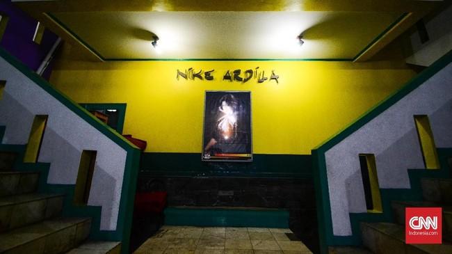 Rumah tersebut merupakan kediaman yang sempat dihuni oleh Nike Ardilla. Kini, pihak keluarga membangun sebuah museum di lantai dua rumah tersebut. (CNN Indonesia/M Andika Putra)